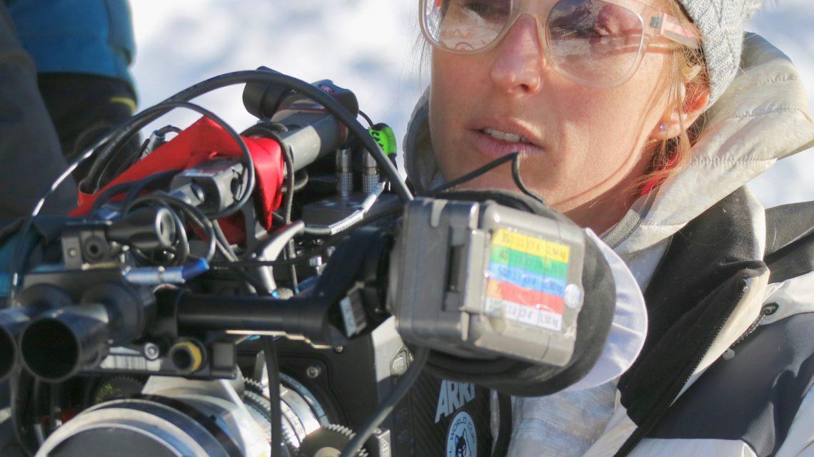 Charlène favier, cinéaste, tenant sa caméra dans la neige sur le tournage de Slalom