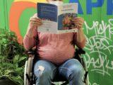 Un femme enceinte lit le magazine