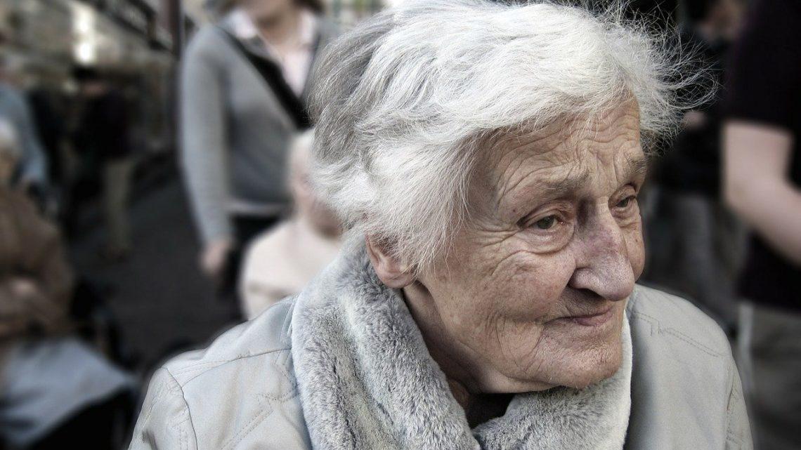 Femme âgée marchant dans la rue